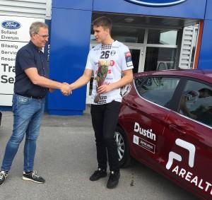 Morten Bjønte gaard i Arealtek gratulerer med ny bil